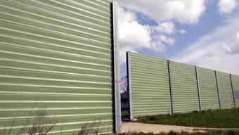 Nebst Flüsterbelägen, Tempobeschränkungen und Sallschutzfenstern sind Lärmschutzwände eine weitere Möglichkeit zur Lärmsanierung.