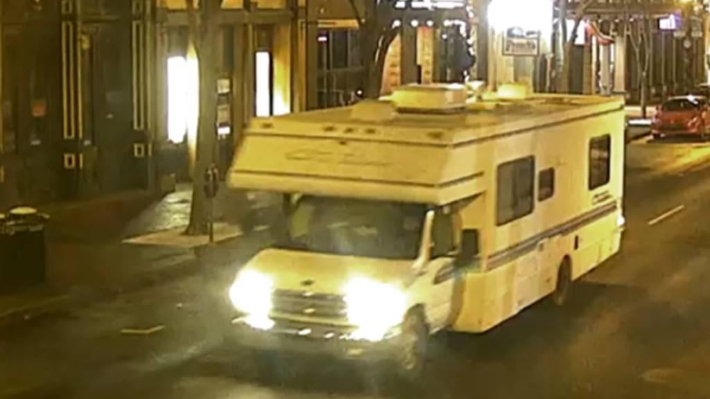 HANDOUT - Das Bild aus einem Überwachungsvideo, das von der Metro Nashville Polizei zur Verfügung gestellt wurde, zeigt einen Wohnwagen, der an einer Explosion beteiligt war. Foto: Uncredited/Metro Nashville PD/dpa - ACHTUNG: Nur zur redaktionellen Verwendung und nur mit vollständiger Nennung des vorstehenden Credits