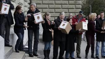 """SVP-Exponenten und -Aktivisten reichen am 28. Dezember 2012 die """"Durchsetzungsinitiative"""" bei der Bundeskanzlei ein (Archiv)."""