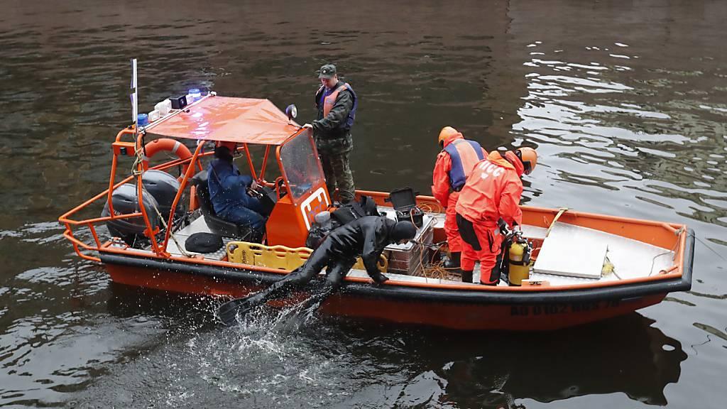 Rettungstaucher an der Arbeit im Fluss Moika in St. Petersburg, wo sie am Samstag in einem Rucksack des Historikers Oleg Sokolow Leichteneile einer ehemaligen Studentin fanden.