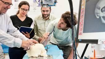 Die Laser-Knochensäge der Advanced Osteotomy Tools AG hat den diesjährigen CTI Swiss Medtech Award gewonnen. (Archiv)