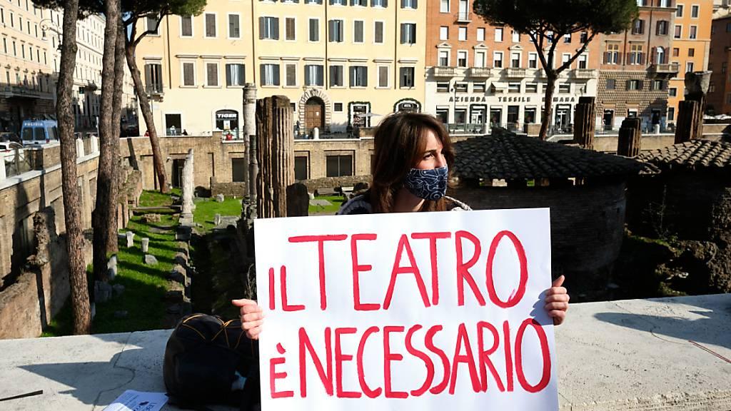 dpatopbilder - Eine Schaustellerin protestiert in Rom mit einem Schild mit der Aufschrift «Il teatro e necessario» (dt. Das Theater ist notwendig). Foto: Mauro Scrobogna/LaPresse via ZUMA Press/dpa