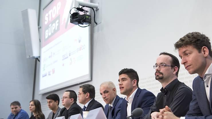 Jungparteien und weitere Organisationen präsentieren ihre Argumente gegen das revidierte Überwachungsgesetz BÜPF.