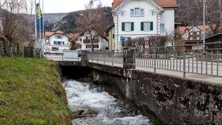 Der Wildbach fliesst in der Eindolung schräg unter der Weissensteinstrasse durch.