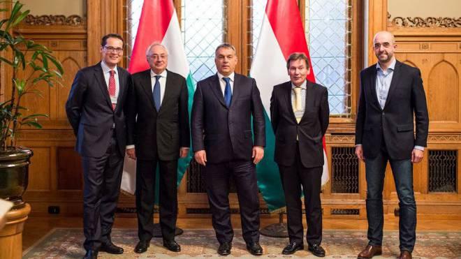 Besuch in Budapest: Roger Köppel, Botschafter Nagy, Premier Viktor Orbán, Redaktor Wolfgang Koydl und Sprecher Kovács (v. l.) Foto: HO