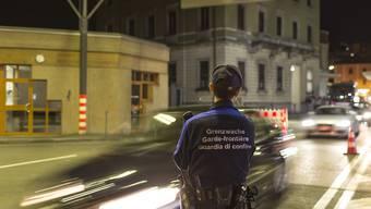 Die Teilnahme an Schengen und Dublin bringt der Schweiz volkswirtschaftlich und finanziell Vorteile. Gemäss einem Bericht wäre ein Austritt mit hohen Kosten verbunden. (Symbolbild)