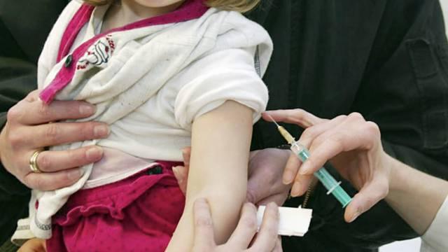 Eine Ärztin impft ein Kind gegen Masern (Archiv)