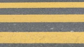 Die Fahrradfahrerin wird beim Überqueren des Fussgängerstreifens von einem scharzen Mercedes erfasst.  (Symbolbild)