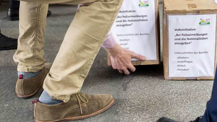 Die SVP verlangt, dass die Zürcher Polizeien in ihren Mitteilungen die Nationalität von mutmasslichen Tätern und Opfern nennen: Sie hat am Mittwoch die gesammelten Unterschriften für eine entsprechende kantonale Volksinitiative eingereicht.