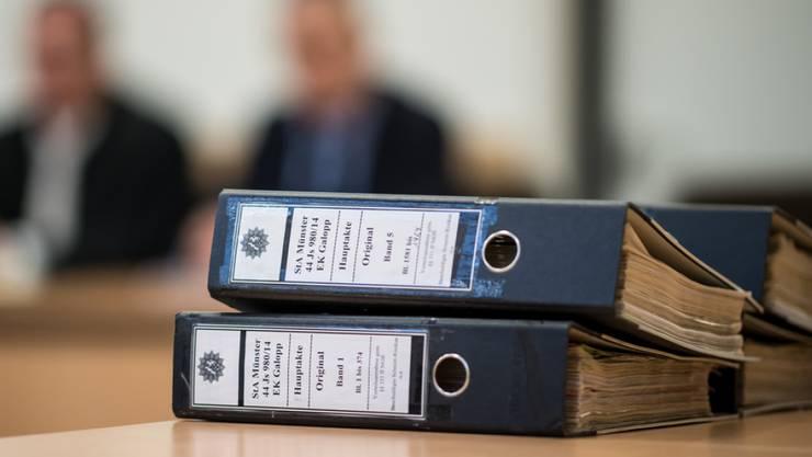 Aktenordner in einem Korruptionsprozess in Deutschland. Das nördliche Nachbarland der Schweiz belegt im neuen Transparency-Bericht bezüglich Korruption Rang 13. (Symbolbild)