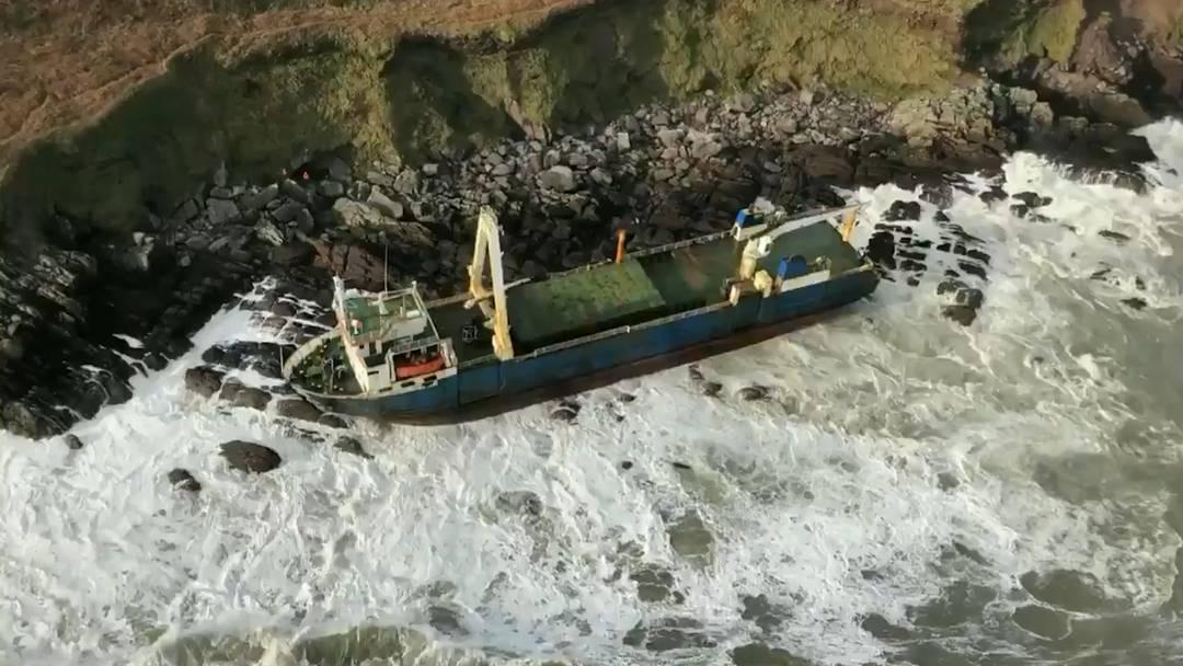 Sturm «Dennis» treibt Geisterschiff an irische Küste
