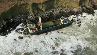 Das Wrack strandete an der südirischen Küste.