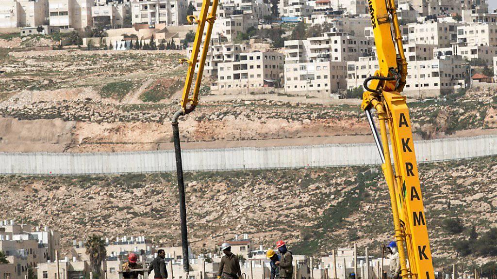 Bauarbeiter im Einsatz bei einer Siedlung nördlich von Jerusalem: Die UNO wirft Israel vor, eine Resolution des Sicherheitsrates zu missachten.