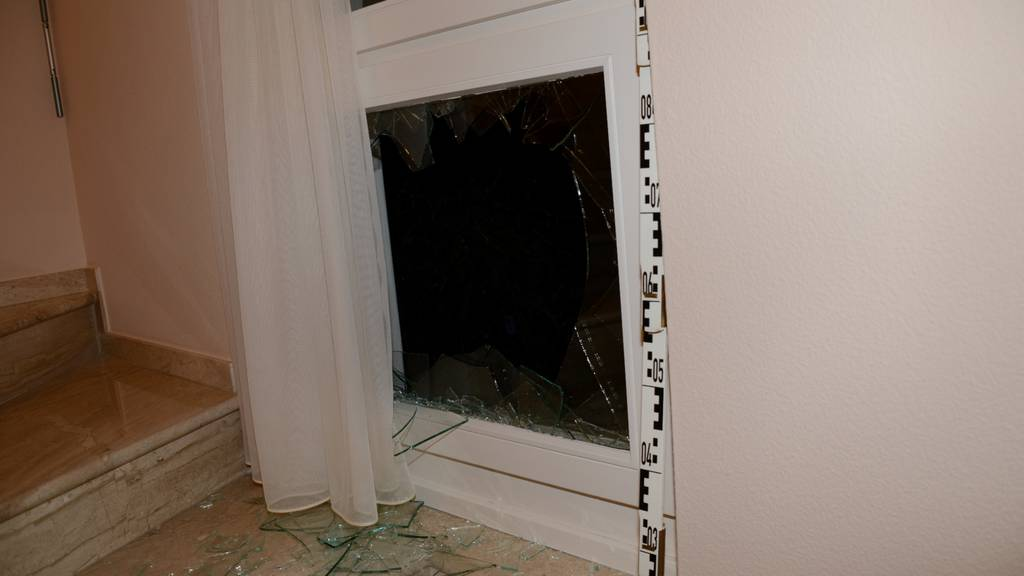 Durch dieses Fenster versuchten die Täter einzusteigen.