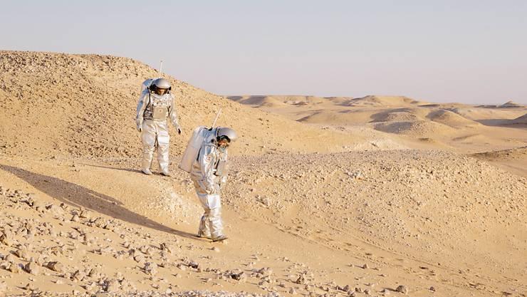 Die Analog-Astronauten Kartik Kumar und Stefan Dobrovolny simulieren eine Landung auf dem Mars in der Wüste Omans.