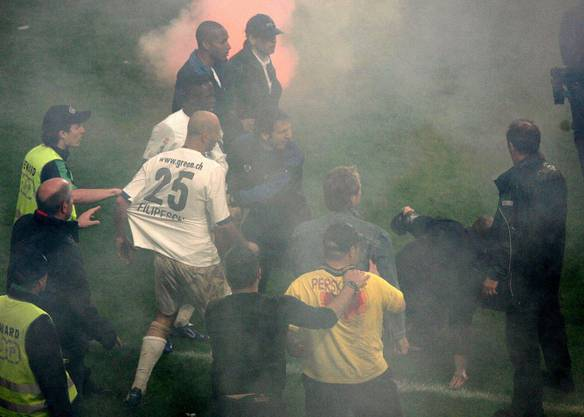 Die FCZ-Spieler Iulian Filipescu und Alhassane Keita werden angegriffen.