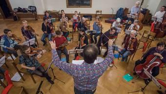 «Es hat noch etwas wenig Drive. Es ist noch zu gemütlich», sagt der Dirigent Markus Joho zum Orchesterverein Brugg. Mathias Marx