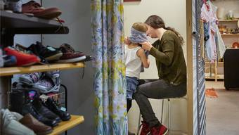 Neben Sozialhilfeempfängern, einsamen Menschen und Working Poor sind vor allem auch alleinerziehende Mütter von Armut betroffen.Christoph Schürpf/key