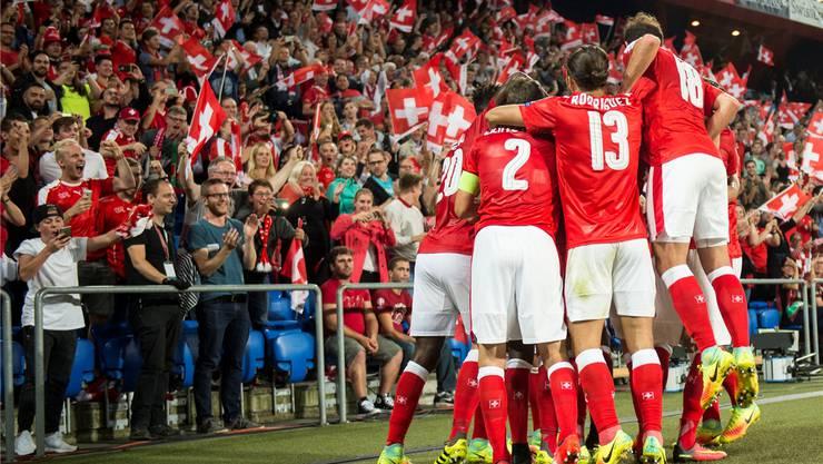 Die Schweizer Nationalmannschaft beim jubeln.