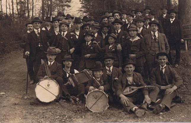 Jeden Sonntag unternahmen die Turner Wanderungen – natürlich in der Sonntagskleidung und mit Musik.