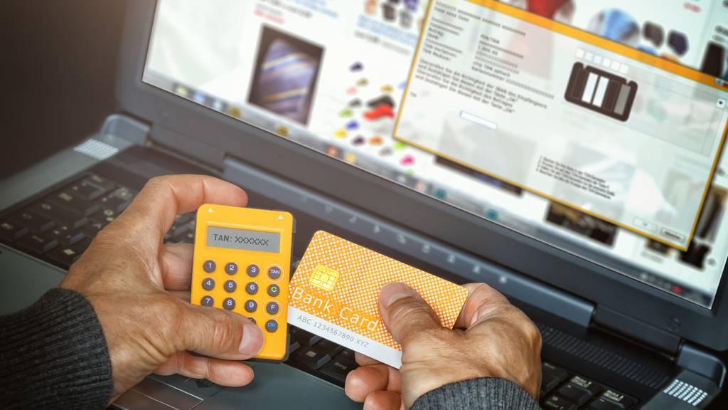 Die Betrüger verlangen eine Banküberweisung.
