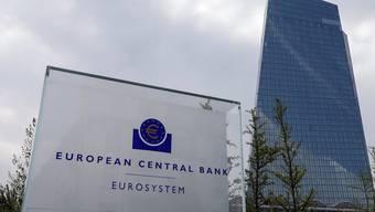 Die Europäische Zentralbank hat wie erwartet nicht an den Leitzinsen geschraubt. Sie will die Zinsen so lange unverändert lassen, wie es die Inflation erfordere. (Archiv)