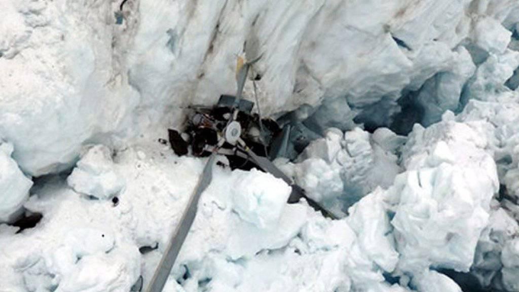 Das Helikopter-Wrack liegt eingeklemmt im ewigen Eis des Fox Gletschers: Bei dem Unglück starben alle sieben Insassen.