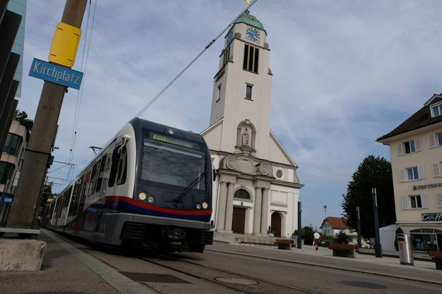 Die neuen Fahrzeuge der Limmattalbahn werden sich den kurzen Gleisabschnitt beim Dietiker Kirchplatz mit den Fahrzeugen der Bremgarten-Dietikon-Bahn teilen.