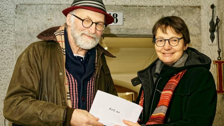 Christinae Lubos von der Scalabrini-Gemeinschaft im Kloster St. Josef Solothurn erhält die Suppentagkollekte von Urs Bucher, Verwalter des Kapuzinerklosters Solothurn
