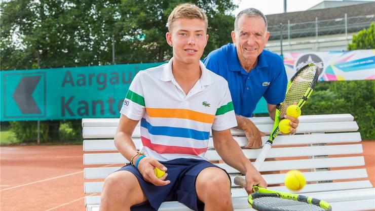Carlos Kelaidis mit seinem Vater und Trainer Nick Kelaidis, fotografiert an der Swiss Junior Trophy in Oberentfelden.