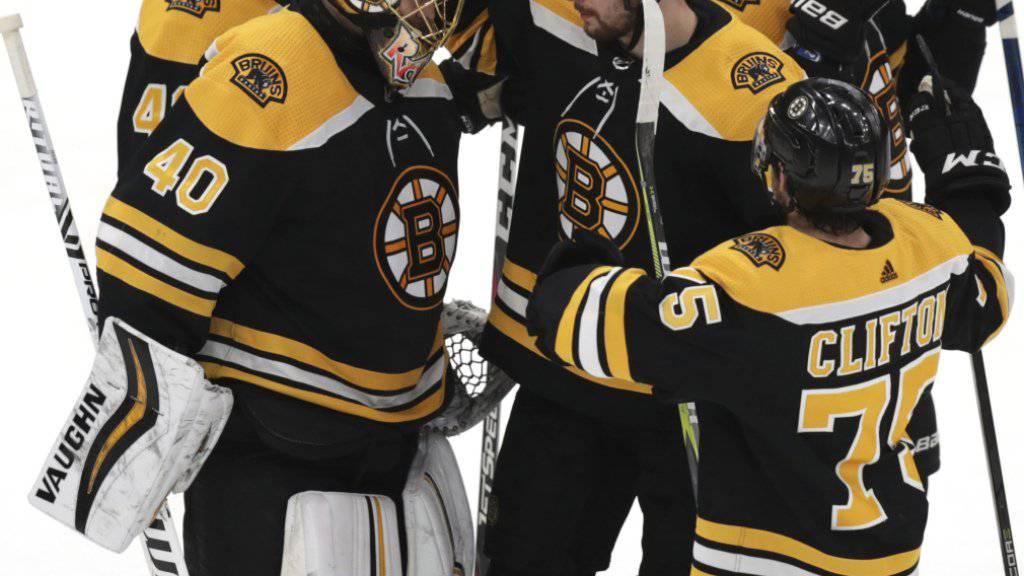 Die Boston Bruins beglückwünschen sich zum erfolgreichen Auftakt im Conference-Final gegen die Carolina Hurricanes