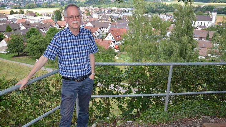 Rolf Meier vor «seinem» Tägerig – seit 35 Jahren informiert, berät und dokumentiert er Gemeinderat und Bürger.