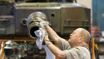 Ein Mitarbeiter des Rüstungskonzerns Ruag bearbeitet ein Panzerrohr. Diese Arbeiten sollen in Zukunft von der neu zu gründenden Firma MRO Schweiz geleistet werden. (Archivbild)