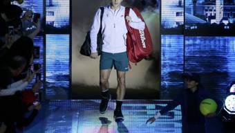 Roger Federer beim Einmarsch in die O2 Arena in London. (Archivaufnahme)