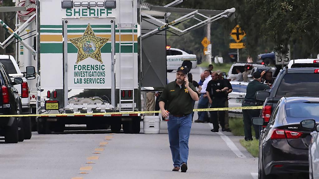 Beamte des Sheriffs von Polk County (Florida) arbeiten am Tatort einer Schiesserei mit mehreren Toten.