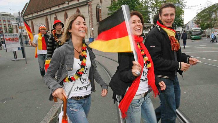 Deutsche Fussballfans während der Euro 08 auf dem Claraplatz: In der Masse unbeliebt.
