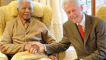 Nelson Mandela (l) und Bill Clinton