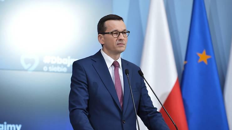 Mateusz Morawiecki, Ministerpräsident von Polen, spricht bei einer Pressekonferenz. Polen will von diesem Samstag an die Pflicht zum Tragen von Mund- und Nasenschutz wegen der Corona-Epidemie teilweise aufheben. Dies gelte, wenn Menschen spazieren gehen und die Abstandsregeln eingehalten werden. Foto: Marcin Obara/PAP/dpa