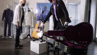 Für 5000 Dollar hatte Nirvana-Frontman Kurt Cobain 1993 eine gebrauchte Gitarre gekauft. Nun hat die legendäre Martin D-18E Akustik-Elektrogitarre einen Auktions-Weltrekord aufgestellt. Für gut 6 Millionen Dollar wurde sie am Samstag versteigert.