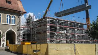 Am Freitag wurden die Deckenträger der oberen der beiden Turnhallen montiert.