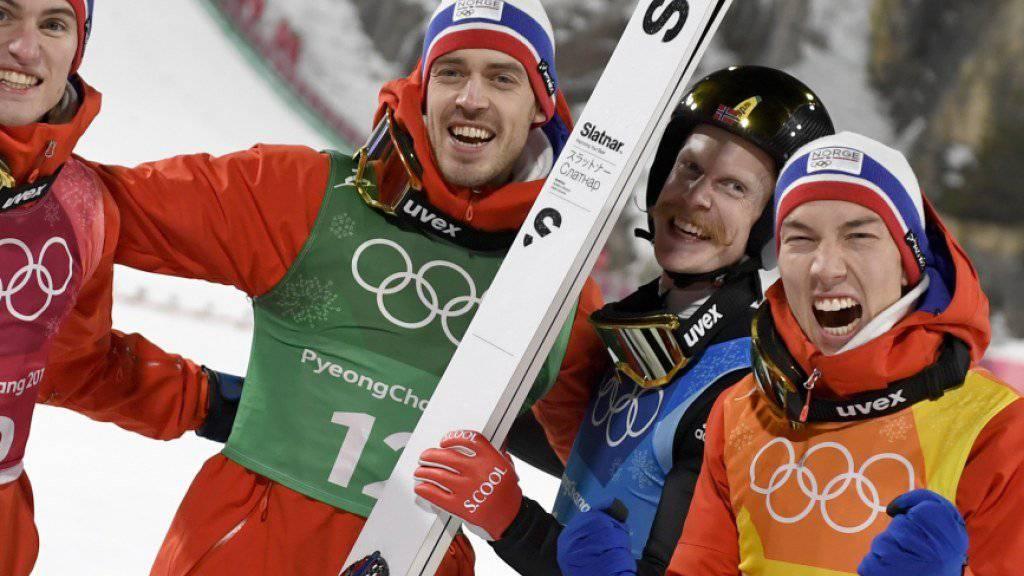Norwegens Skispringer freuen sich erstmals über den Gewinn von Gold im olympischen Team-Wettkampf