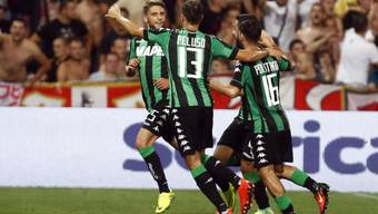 Die Sassuolo-Spieler Berardi, Peluso und Politano (von rechts) jubeln über den klaren Hinspiel-Sieg