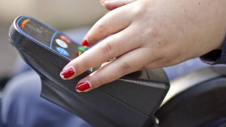 In Erfurt scheiterte ein Handtaschen-Dieb beim Versuch eine Rollstuhlfahrerin zu bestehlen. Die resolute Fahrerin trieb ihn in die Enge. (Symbolbild)