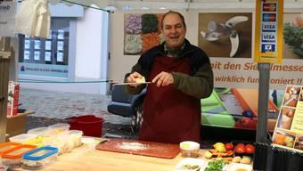 Seit 18 Jahren bringt Marktfahrer Rolf Senger unter anderem auf der Fricker Hauptstrasse seine Küchenutensilien an Mann und Frau. Dennis Kalt