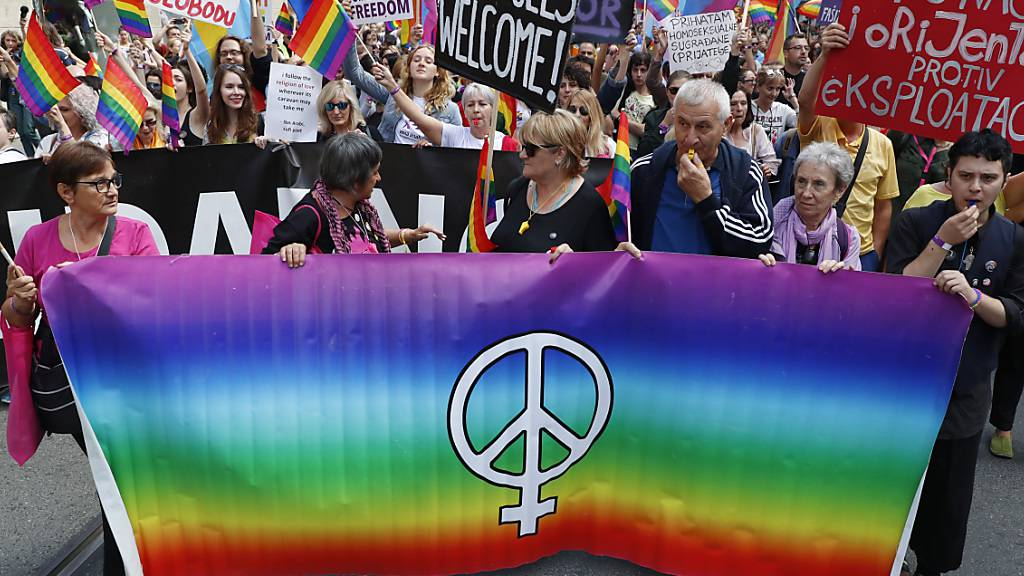 Mehr als 1000 Menschen bei der ersten Pride-Parade