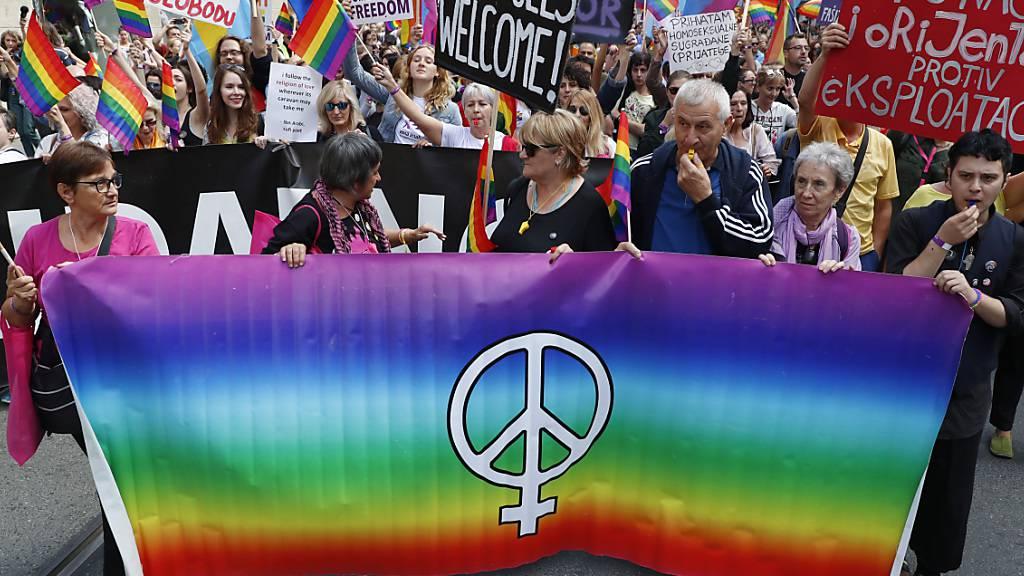 Anlässlich der ersten Pride-Parade in Bosnien-Herzegowina sind über 1000 Menschen durch die Innenstadt Sarajevos gezogen.