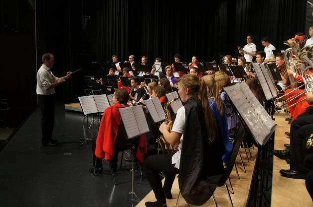 Dirigent Beat Fischer führte das Jugendspiel durch die Aufführung.
