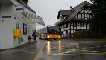 Der Bus 339 verbindet Hermetschwil mit Bremgarten. Hier bei der Haltestelle Kloster.