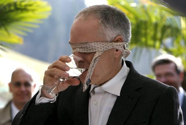 Moritz Leuenberger stets flexibel, band sich 2009 für eine Mineralwasser Blindverkostung seine Krawatte um den Kopf.