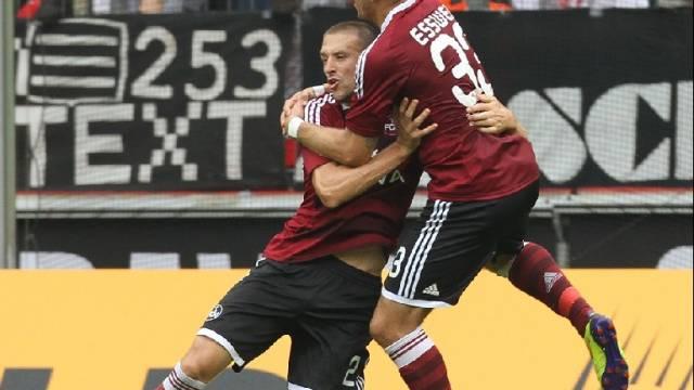Esswein (r.) feiert Nürnbergs Doppeltorschützen Timmy Simons